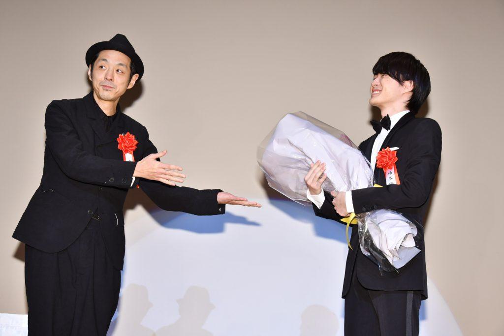 お祝いにかけつけた宮藤官九郎が、神木隆之介に花束を贈呈(C)東京ニュース通信社