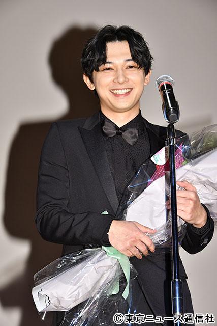 広瀬すずからのビデオメッセージに、笑みがこぼれる吉沢亮(C)東京ニュース通信社